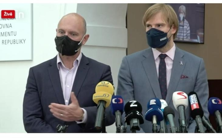Novinky.cz: Brífink ministrů Adama Vojtěcha a Roberta Plagy