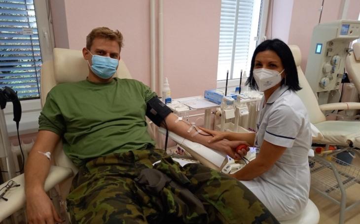 AGEL Transfúzní služba Šumperk: Téměř 40  budoucích vojáků dorazilo darovat krev