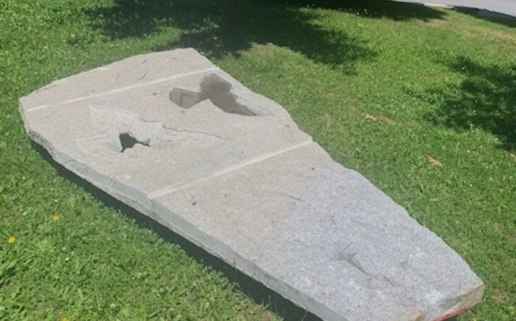 Nemocnice Havlíčkův Brod: Pietní místo vytvořil sochař Radomír Dvořák