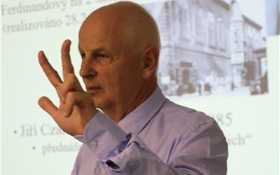 Profesor Jan Betka, přední český otorinolaryngolog, přednášel v Krajské zdravotní