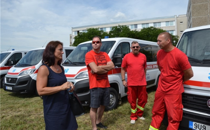 Krajská zdravotní představila nové sanitní vozy a závorový systém vchomutovské nemocnici
