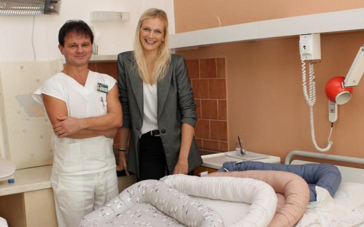 Modelka Zuzana Stráská předala pelíšky pro miminka